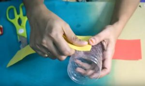 cách làm hộp đựng bút bằng chai nhựa và giấy 1