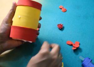 cách làm hộp đựng bút bằng chai nhựa và giấy 3