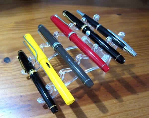 kệ trưng bày bút
