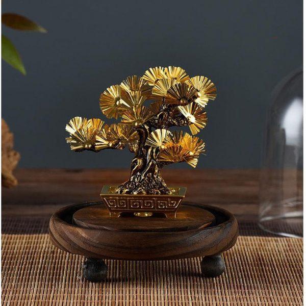 Tượng cây tùng dát vàng, giúp mang lại sự bình an, thịnh vượng và may mắn cho người sở hữu.