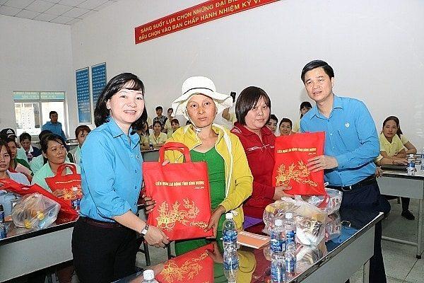 quà tết công ty tặng công nhân viên