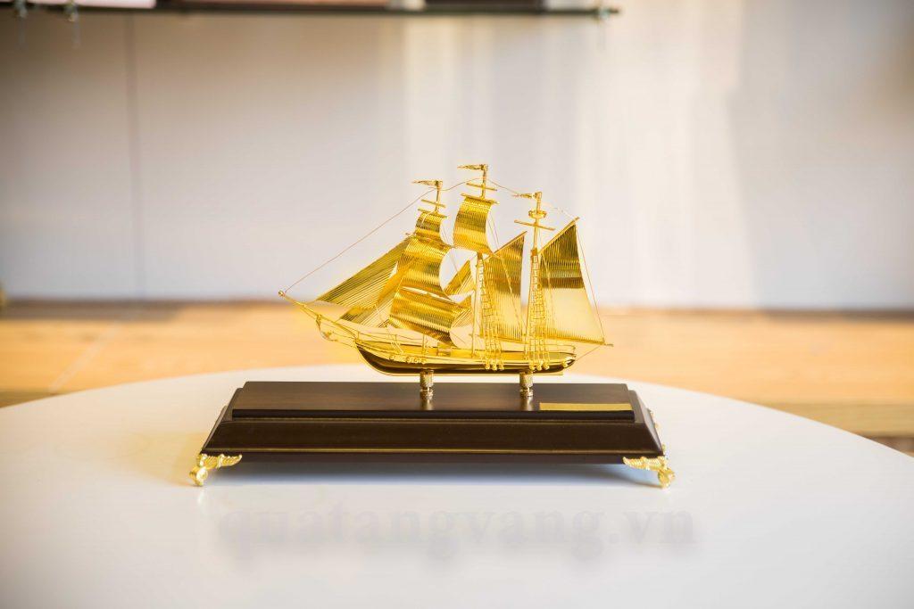 quà tặng doanh nghiệp thuyền mạ vàng 24k